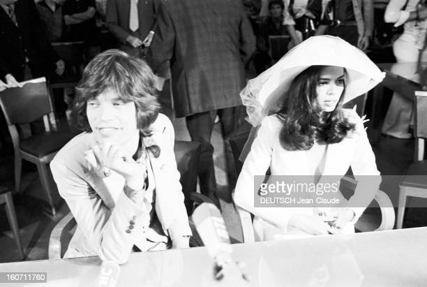Wedding Of Mick Jagger And Bianca Morena Perez De Macias In Saint-tropez. A Saint-Tropez, dans une salle de la mairie, Mick JAGGER, en costume, assis...