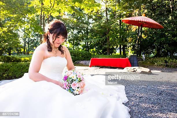 wedding photo session at japanese garden - 白のドレス ストックフォトと画像
