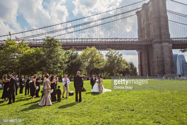 hochzeitsfotos von der brooklyn bridge - brooklyn bridge park stock-fotos und bilder