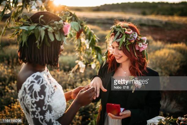 mariage dire oui! - cérémonie du mariage photos et images de collection
