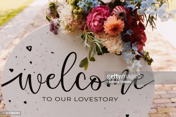 wedding welcome sign lovestory - cerimônia de boas vindas - fotografias e filmes do acervo