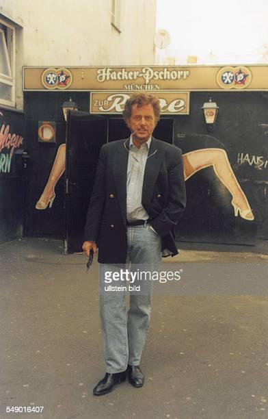 Wedel Dieter Regisseur Drehbuchautor D vor dem Lokal 'Zur Ritze' Recherche für den TVMehrteiler 'König von St Pauli' April 1996 <english> Wedel...