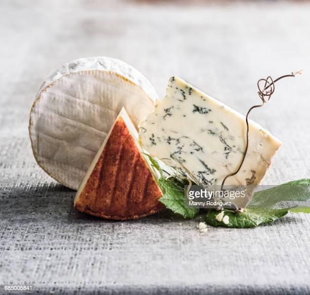 wedges of cheese - blauwschimmelkaas stockfoto's en -beelden