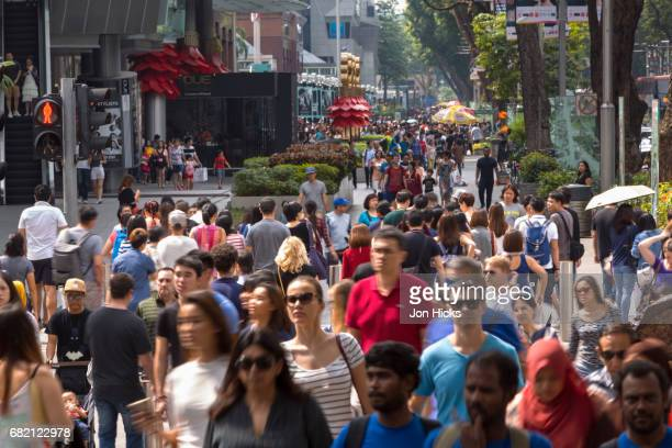 weekend crowds on singapore's orchard road. - orchard road fotografías e imágenes de stock