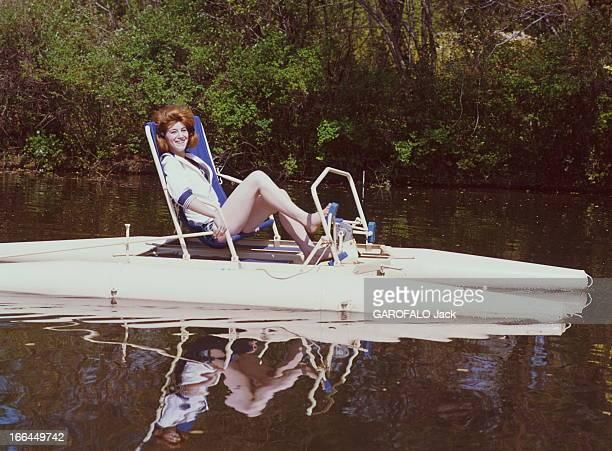 A Weekend With Sheila Attitude souriante de SHEILA 16 ans et demi faisant du pédalo sur la rivière Yerres près de sa maison de BRUNOY