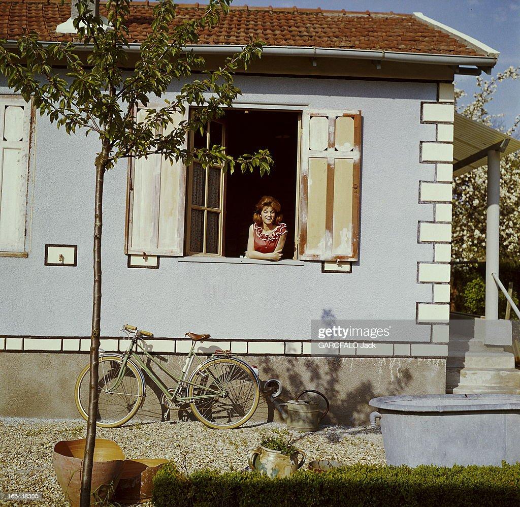 A Weekend With Sheila. SHEILA Pose à La Fenêtre Dans Sa Maison De Brunoy,
