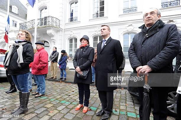 Wegen der Terroranschläge von Paris demonstrieren 1000 Menschen auf dem Saarbrücker Ludwigsplatz vor dem französischen Generalkonsulat Dort kann man...