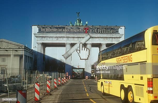Wegen Sanierungsarbeiten ist das Tor mit Grossplakaten der Telekom verhüllt Motiv 'Cursor' mit dem Motto 'Im Internet ist alles möglich' im...