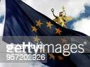 Wehende EuropaFlagge vor der der Göttin Victoria auf der Siegessäule am Großen Stern in Berlin