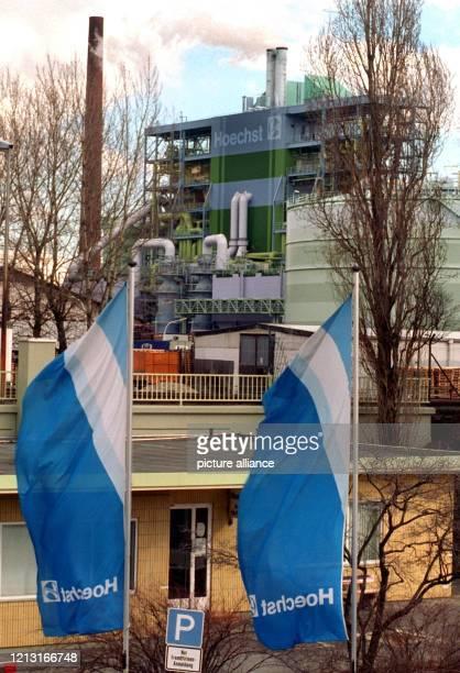 Wehende Fahnen vor einem Teil des Werkes der Hoechst AG in Frankfurt-Höchst . Der Hoechst-Konzern wird in die Bereiche Pharma und Chemie...