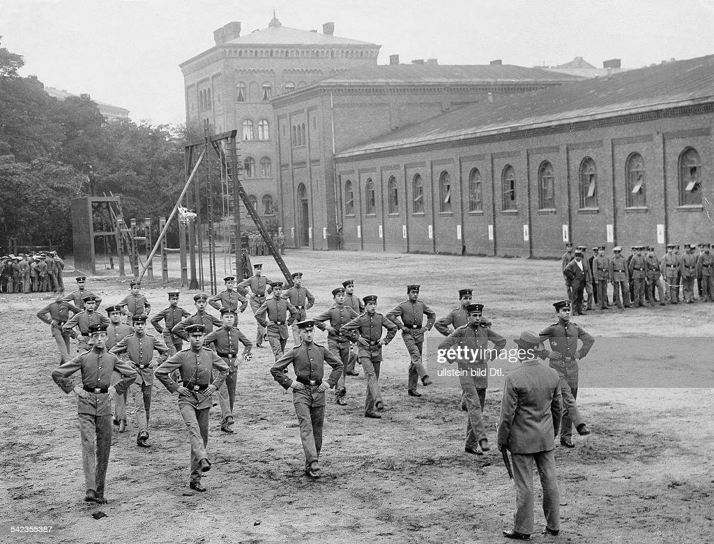 Militärausb.bis 1914: Berliner Jugendwehr exerziert 1901 : Nachrichtenfoto