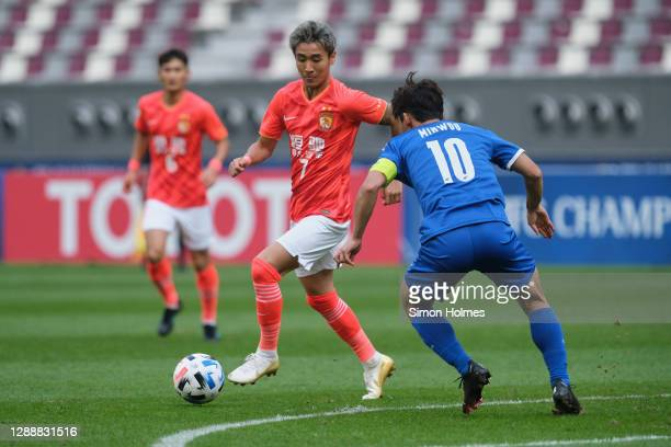 Wei Shihao of Guangzhou Evergrande attacks while under pressure from Kim Min-woo during the AFC Champions League Group G match between Guangzhou...