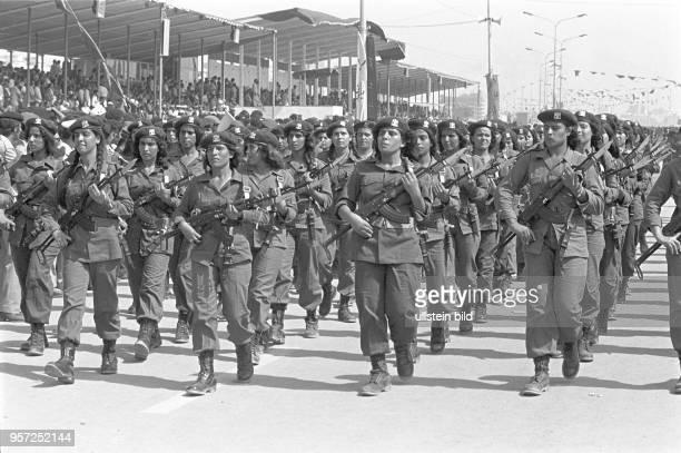 Weibliche Armeeangehörige der libyschen Streitkräfte bei einer Militärparade in Bengasi im September 1979 anlässlich des 10 Jahrestages des Sturzes...