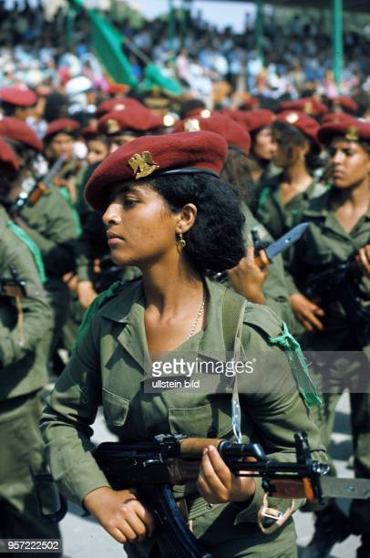 Weibliche Soldaten mit MPi und aufgepflanztem Bajonett bei einer Militärparade im September 1979 in der libyschen Stadt Bengasi anlässlich des 10...