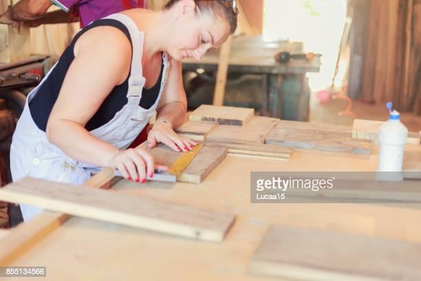 weiblicher tischler - berufliche beschäftigung stock pictures, royalty-free photos & images