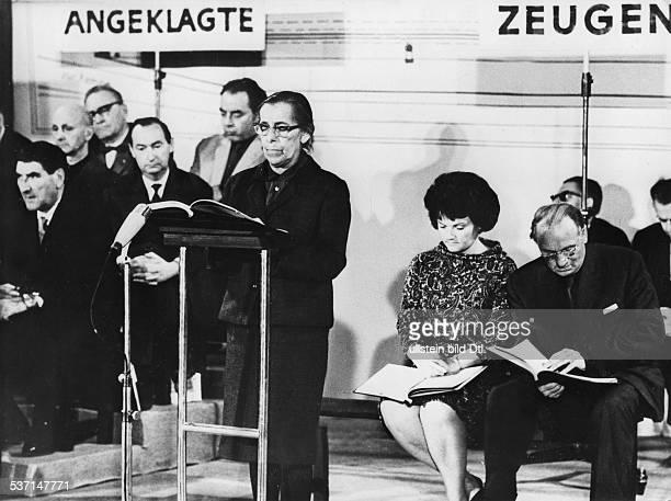 Weigel Helene Schauspielerin DDR Intendantin des Berliner Ensembles mit Ernst Busch bei einer Lesung von 'Die Untersuchung' von Peter Weiss in...