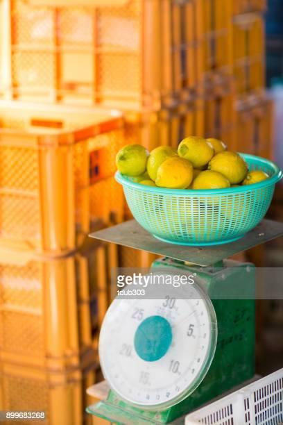 レモンの柑橘類のファームで重量を量る