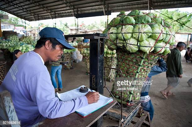 weighing produce at market - jacob muehe stock-fotos und bilder
