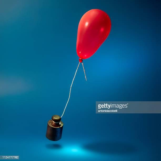 weight tied to a balloon - levantamento de peso imagens e fotografias de stock
