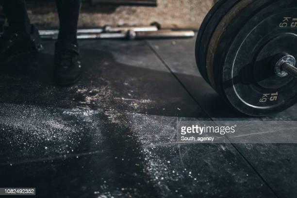 gewichtheffen-apparatuur - gewichtheffen krachttraining stockfoto's en -beelden