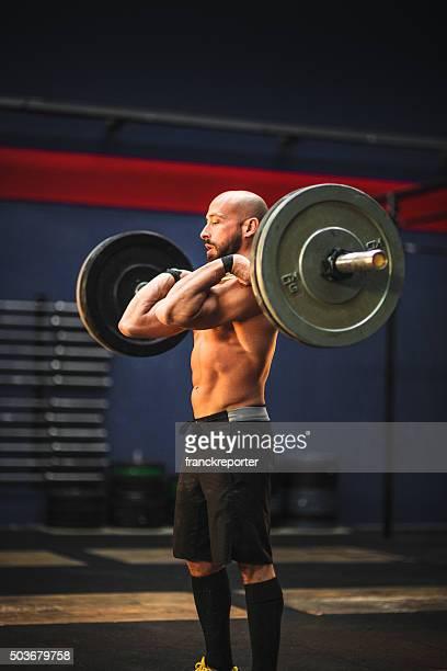 Halterofilismo homem forte em um ginásio