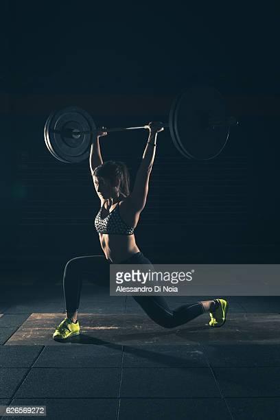 Mulher forte, levantamento de pesos em um ginásio