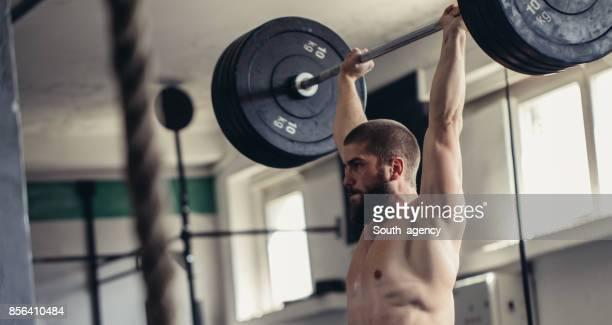 Temps d'haltérophilie dans une salle de sport