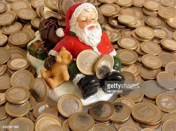 Weihnachten Weihnachtsgeld Weihnachtseinkaeufe Weihnachtsgeschäft Weihnachtsmann und Euro Münzen