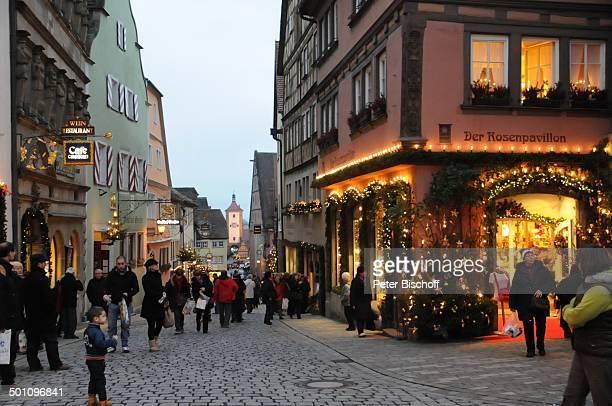 Weihnachtlich dekorierte Geschäfte Rothenburg ob der Tauber Landkreis Ansbach Bayern Deutschland Europa Weihnachten Weihnachtszeit Abends Beleuchtung...
