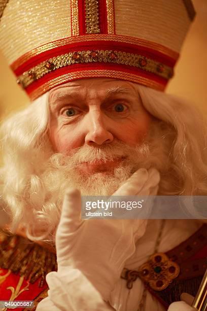 Weihnachtsmann Heiliger Nikolaus mit weissem Bart mit Bischhofshut