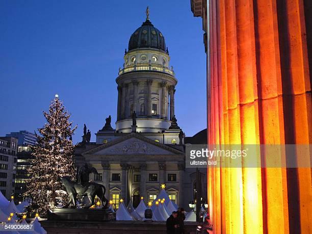 Weihnachtsmarkt auf dem Gendarmenmarkt in BerlinMitte Er gehört zu den schönsten Märkten Berlins Er wird eingerahmt vom Schauspielhaus und dem...