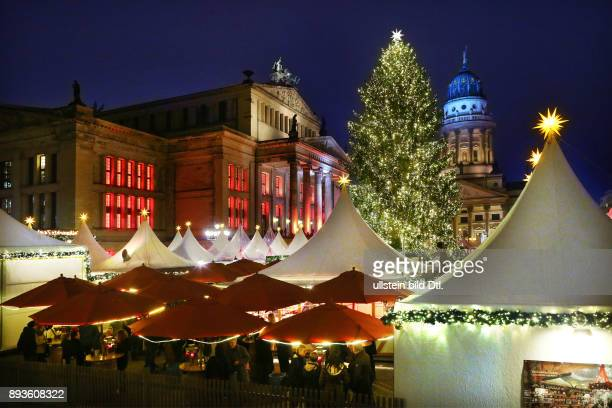 Weihnachtsmarkt Weihnachtszauber Gendarmenmarkt in Berlin mit dem Konzerthaus und dem Französischen Dom und Tannenbaum