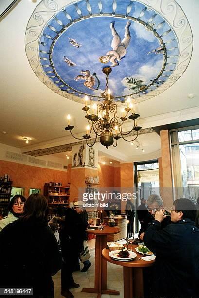 Weinhaus Hardy im Weinhaus Huth in der Alten Potsdamer Strasse Besucher probieren Wein und nehmen einen Imbiss an kleinen Stehtischen ein November...