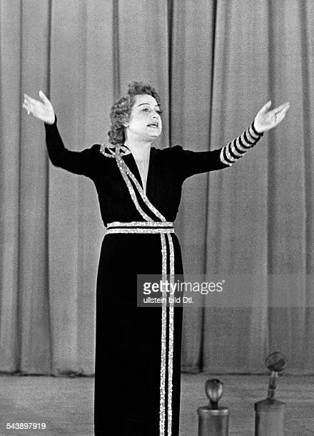 Weiser Grete Actress Germany*on stage with raised arms Photographer Ullmann Published by 'Hier Berlin' 14/1941Vintage property of ullstein bild