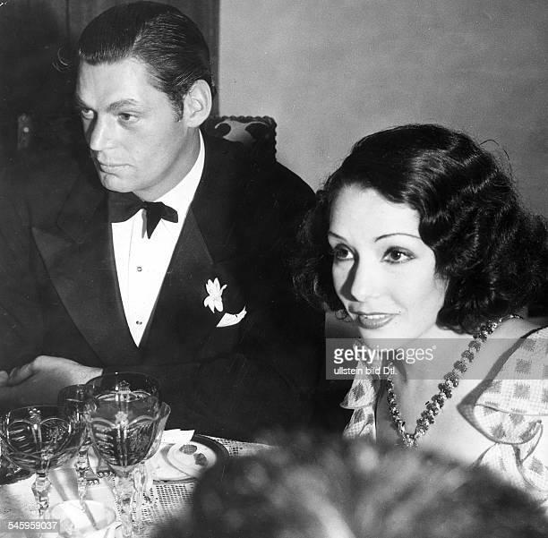 Weissmueller Johnny *Schauspieler Schwimmsportler USATarzanDarsteller Fuenffacher Olympiasieger mit Ehefrau Lupe Velez 1938