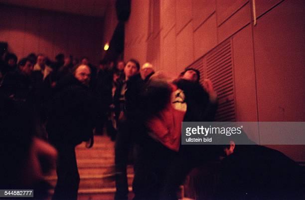 """Weissrussland, Minsk - Präsidentschaftswahlen, Anhänger der Partei """"National-Bolsheviki"""" versuchen im Kino""""Freundschaft"""" den Auftritt des..."""