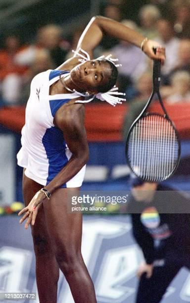 Weit holt die Amerikanerin Venus Williams beim Aufschlag im Doppel gegen AnneGaelle Sidot und Elena Wagner am in Hannover beim WTATurnier aus Sie...