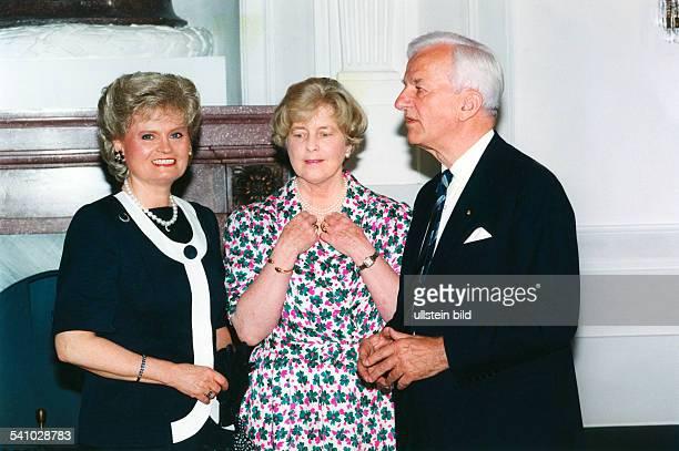 Weizsaecker Richard von *Politiker DBuergermeister von Berlin 19811984Bundespraesident 19841994 mit Ehefrau Marianne und Hannelore Kohl
