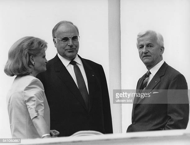 Weizsaecker Richard von *Politiker DBuergermeister von Berlin 19811984Bundespraesident 19841994 im Gespraech mit Bundeskanzler Helmut Kohl unddessen...