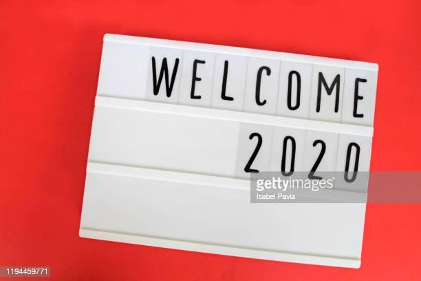 """welcome 2020"" message in light box - 新年レセプション ストックフォトと画像"