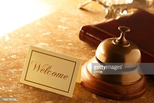 Cartão de boas-vindas e Sino de serviço no balcão em Mármore hotel