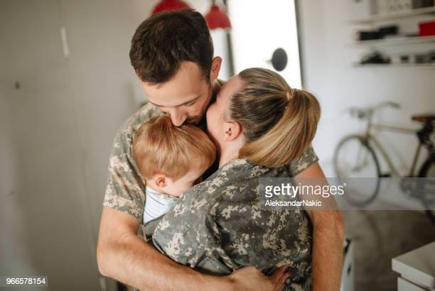welcome home daddy soldier - military spouse stock pictures, royalty-free photos & images