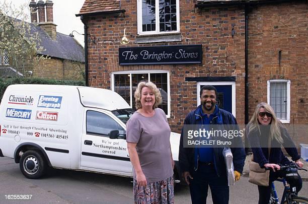 Welcome In Dianaland At The Althorp Castle Aux environs du château dans la rue de gauche à droite Jillian EDWARDS la gérante de l'épicerie Peter...