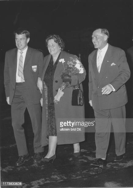 Welcome in Zurich-Kloten 1960: Olympic champion Roger Staub with his parents