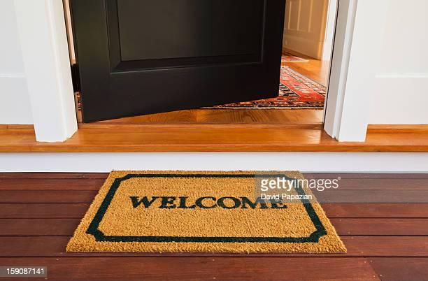 welcome mat and front door - estera fotografías e imágenes de stock