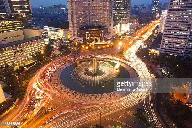 welcome monument roundabout at jalan thamrin - ジャカルタ ストックフォトと画像