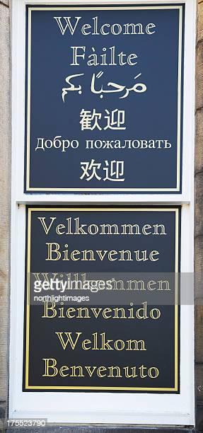Panneau de bienvenue dans de nombreuses langues.