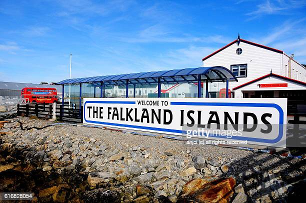 welcome sign in the harbour of stanley / falkland islands - falklandinseln stock-fotos und bilder