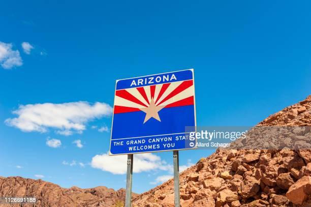 welcome to arizona road sign - arizona stockfoto's en -beelden