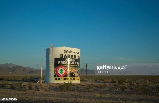パン屋へようこそ - カリフォルニア州ベーカー ストックフォトと画像